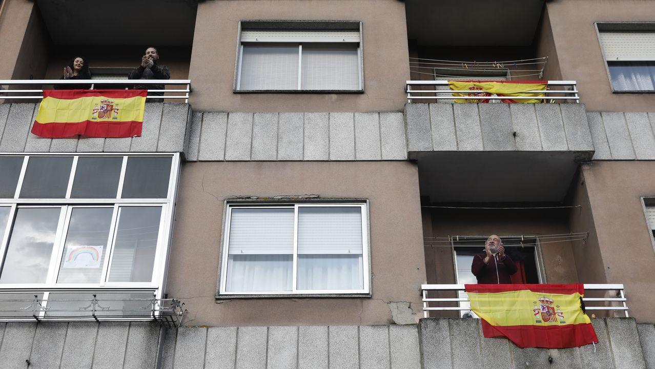 Vecinos del barrio de O Pino han sacado sus banderas de España a las ventanas