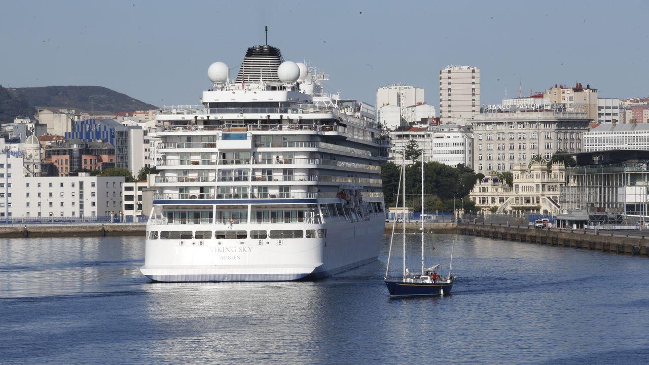 Atraca en A Coruña el Viking Sky, el primer crucero postpandemia.Homenaje a Adolfo Ros en la playa de Doniños en agosto de 2010