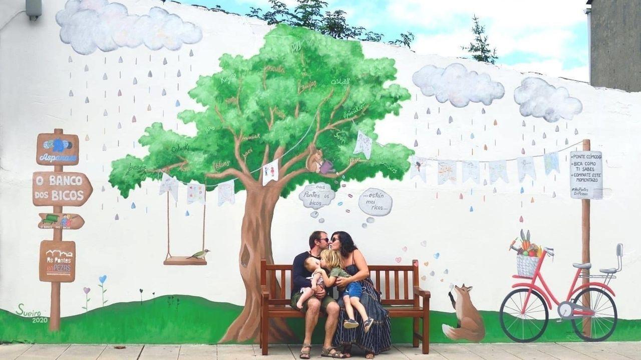 As Pontes, un museo al aire libre y a todo color.Los padres de los alumnos de 2.º y 3.º de Primaria del CEIP San Isidro se sentaron ayer en los pupitres que les corresponden a sus hijos para evidenciar que no se cumplen las distancias