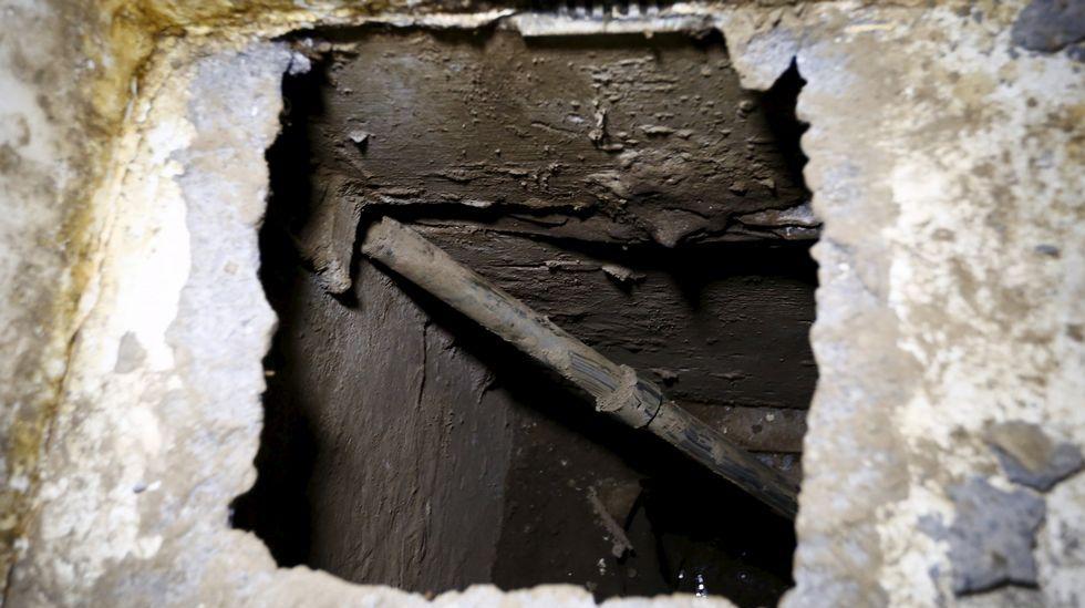 Agujero por el que «El Chap»o Guzmán se introdujo en el túnel.