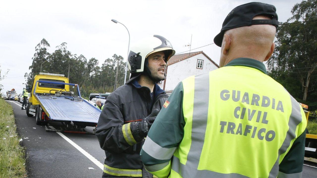 En una imagen de archivo, la Guardia Civil de Tráfico en un accidente que tuvo lugar en la AC-544, la misma carretera en la que volcó el conductor ebrio al que localizaron en su casa para hacerle la prueba de alcoholemia