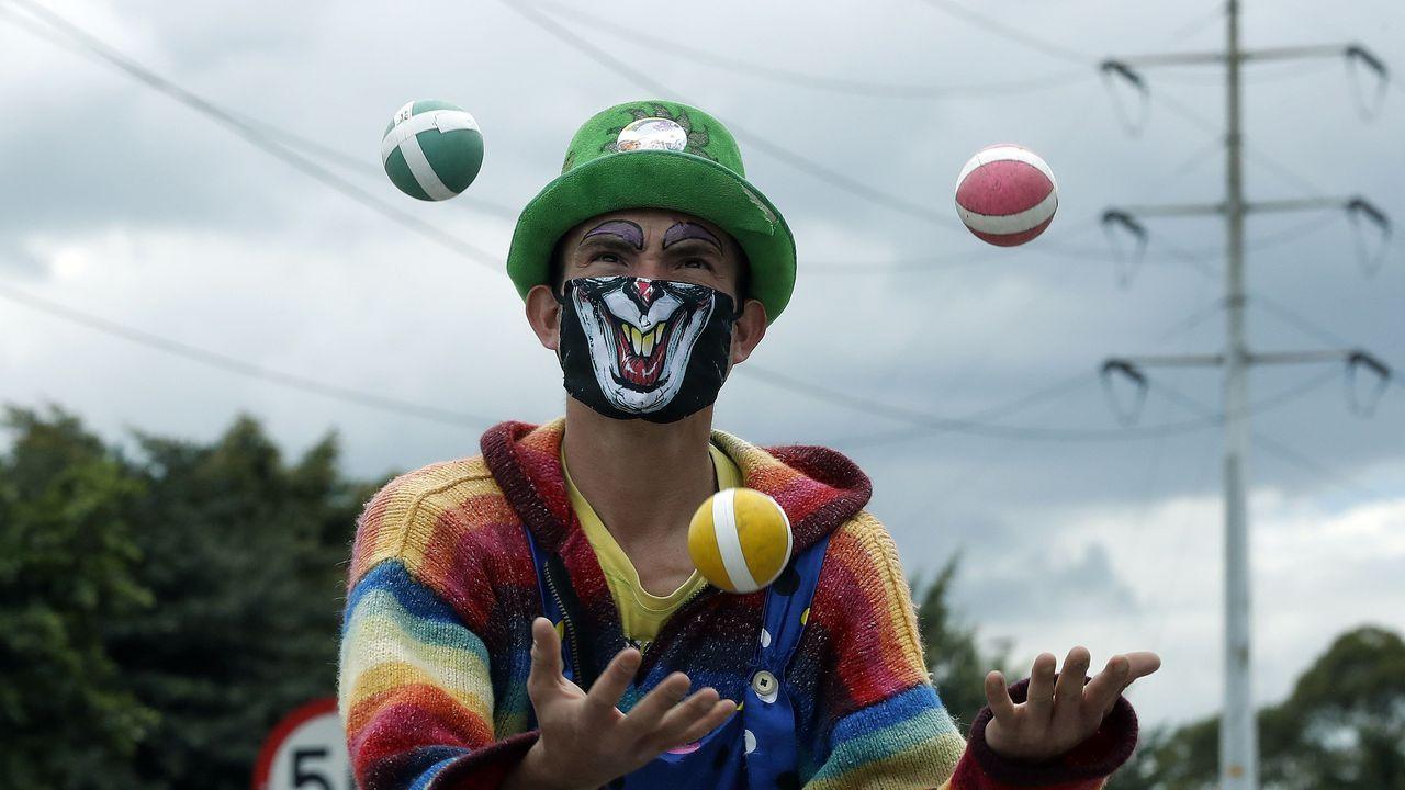 Un malabarista en Bogotá, con una máscara adaptada a las circunstancias