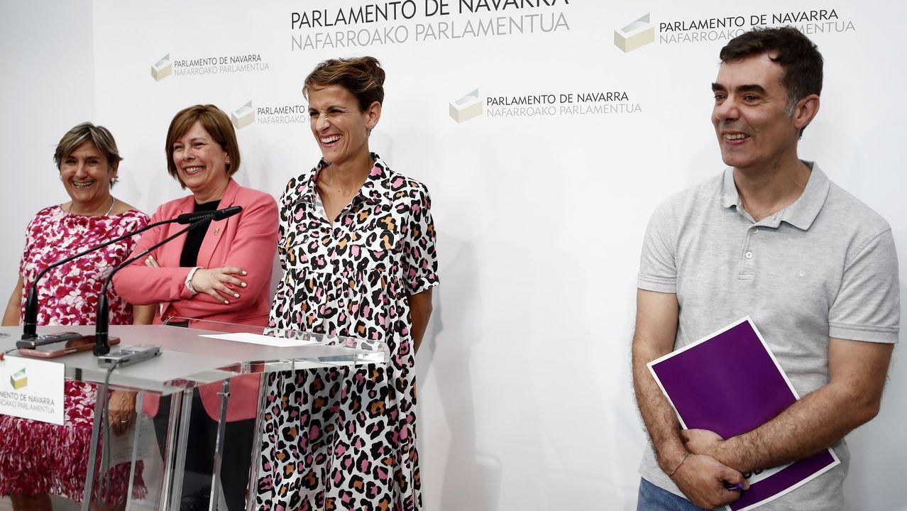 Marisa Simón, de Ezkerra; Uxue Barcos, de Geroa Bai; la candidata socialista a presidir Navarra, María Chivite, y Eduardo Santos, de Unidas Podemos, tras firmar el acuerdo a cuatro bandas