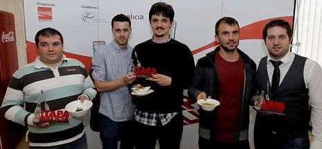 El alcalde de Santiago y Adrián Varela entre los miembros del club Campus Stellae.