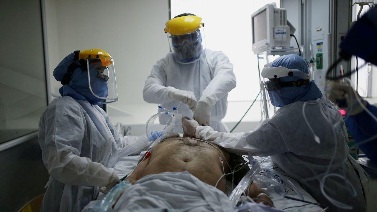 Imágenes de la pandemia en el mundo.Médicos y enfermeras, en una unidad de cuidados intensivos, atendiendo a un paciente con covid-19 en Bogotá
