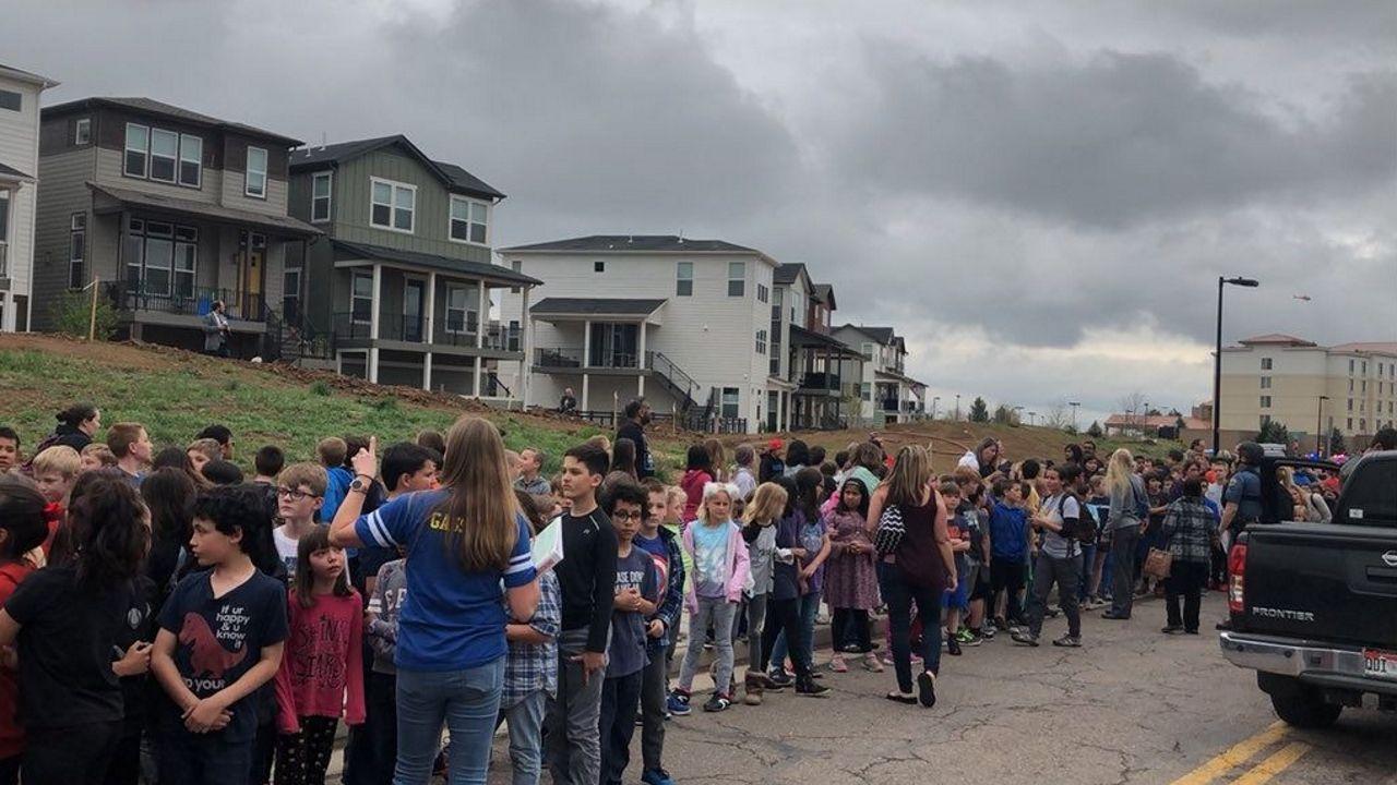 Imagen tomada de las redes sociales que muestra a un grupo de alumnos con personal de la escuela en el exterior del edificio donde se produjo el tiroteo