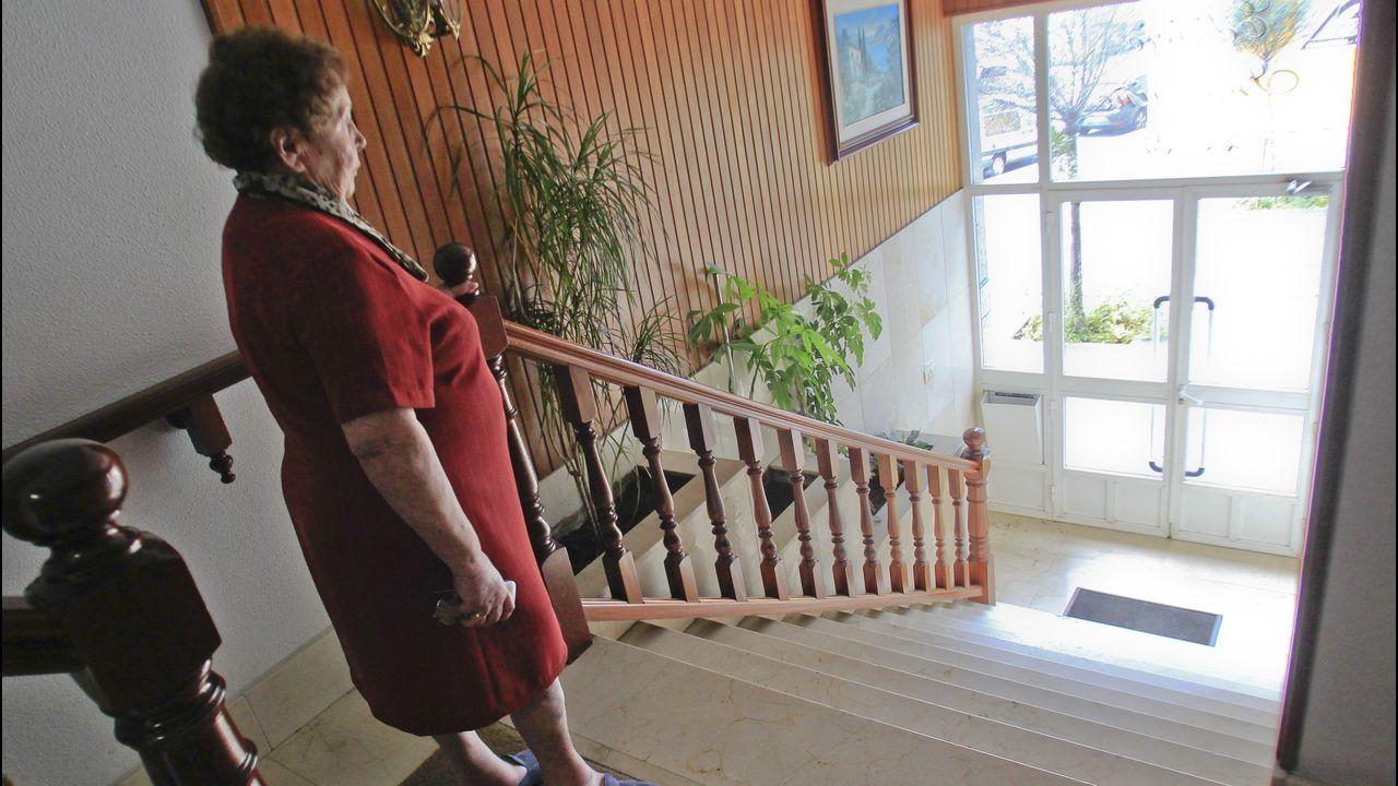Maruja Teijido, la vecina de Ferrol que no puede salir, ante las escaleras que le impieden bajar a la calle