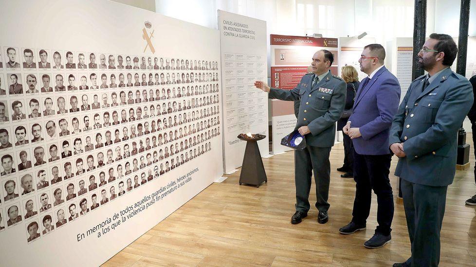 El presidente del Principado de Asturias, Adrián Barbón (d), visitó hoy martes la exposición  Guardia Civil, 175 años a tu lado