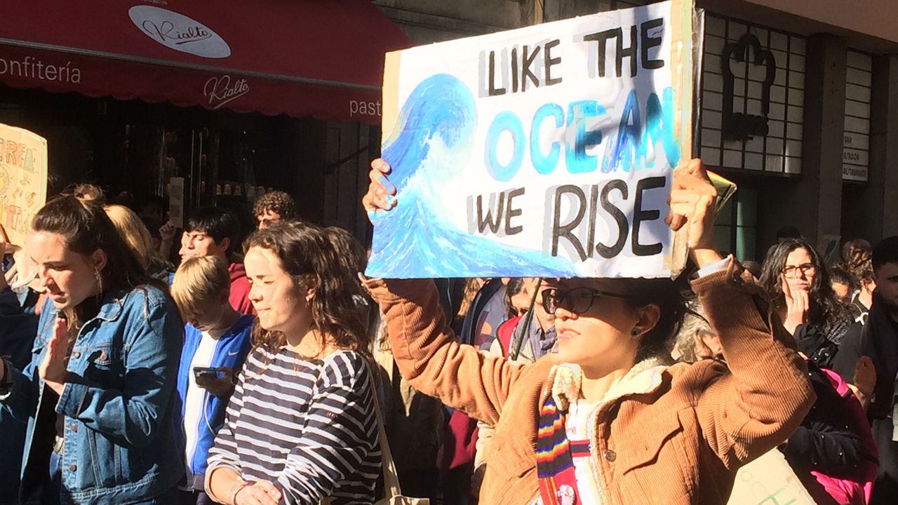 Cientos de manifestantes toman La Escandalera a dos días de las europeas, municipales y regionales para protestar contra el cambio climático