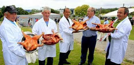 El alcalde de Cerceda, José García Liñares, con los cocineros de la Festa do Cochiño.