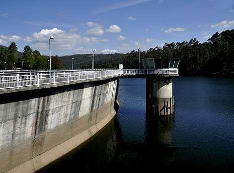 Las imágenes del temporal en Galicia.Con el embalse lleno existe garantía de suministro ante la relativa proximidad del otoño.