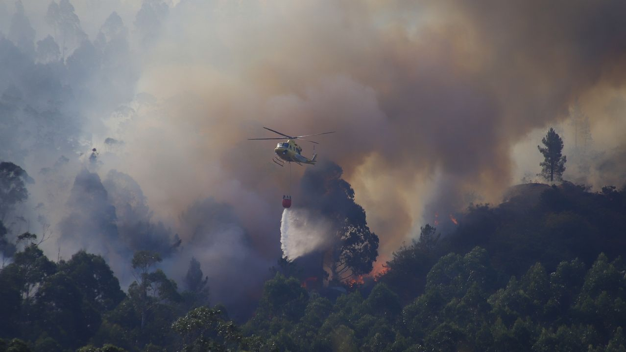 Helicóptero de la Guardia Civil en un vuelo de vigilancia.Incendio registrado en Tállara (Lousame) la segunda semana de agosto
