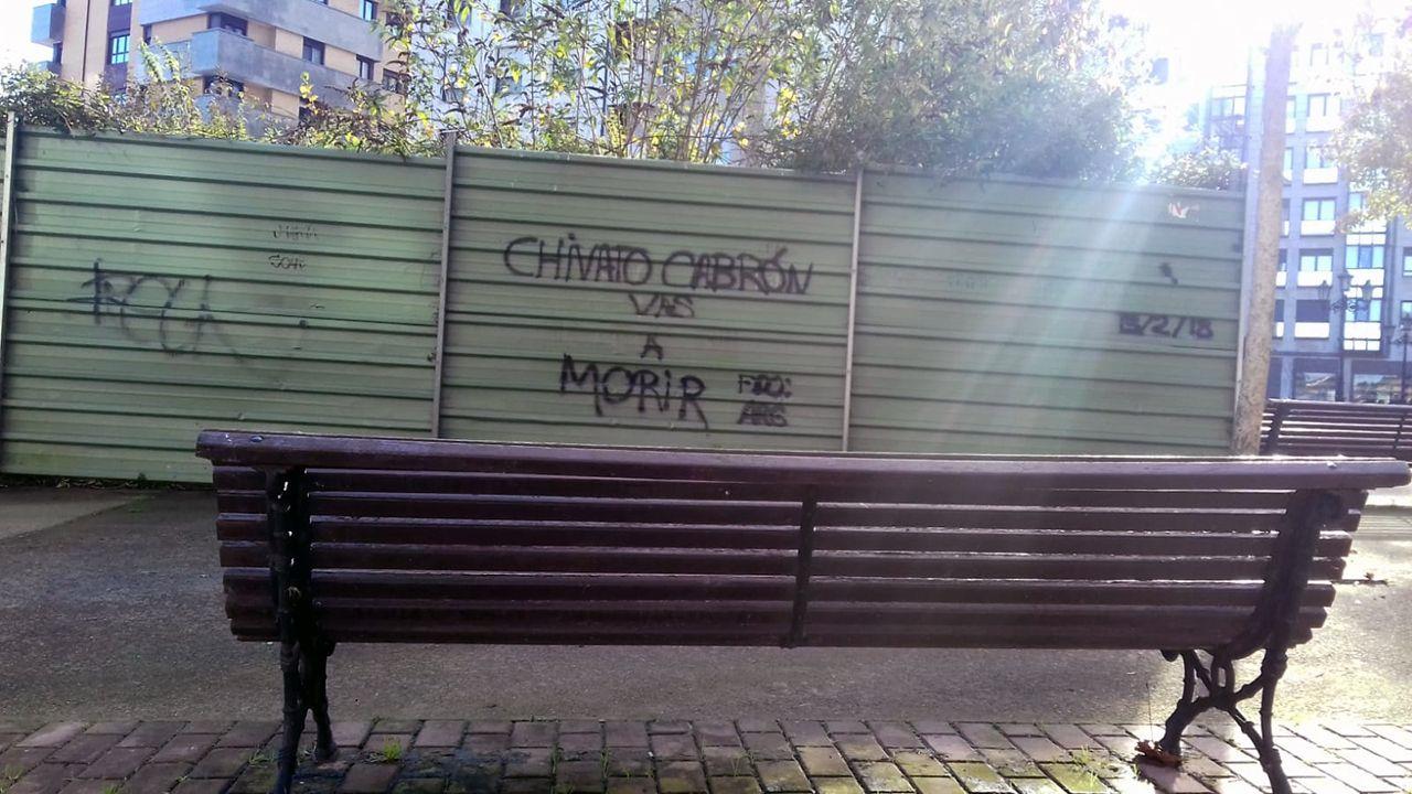 AUTOBÚS OVIEDO.Banco en la calle Kike Gómez Haces  de Oviedo