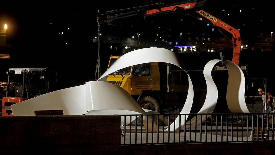 Excarcelan al conductor de un coche tras un accidente en Castroverde.El monumento dedicado a los héroes del Orzán que se inaugurará el próximo domingo ya ilumina la Coraza.