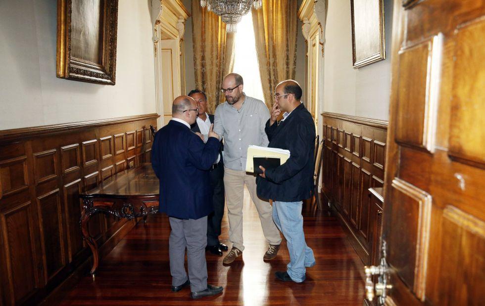 Las lluvias causan numerosas inundaciones en Santiago.El equipo de Noriega emprenderá las negociaciones esta semana con PSOE y BNG y después con el PP.