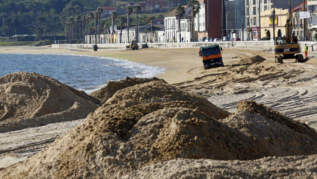 Cadena humana en Corrubedo para protestar por el nuevo plan de usos del parque natural.Camiones y excavadoras comenzaron esta mañana las obras de regeneración de la playa de Os Areos de A Pobra