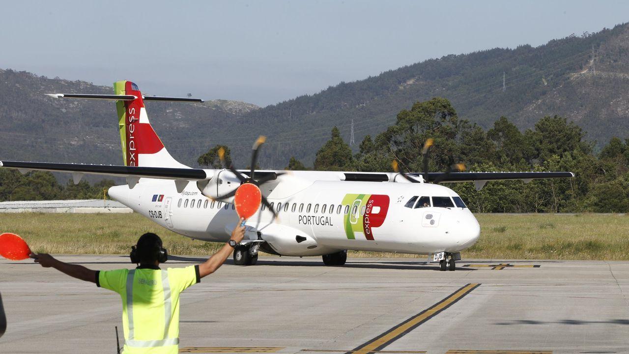 Dos aviones F-18 del Ejército del Aire realizan vuelos de instrucción en el espacio aéreo coruñés.Los bomberos de A Grela llegan a casa con once medallas.