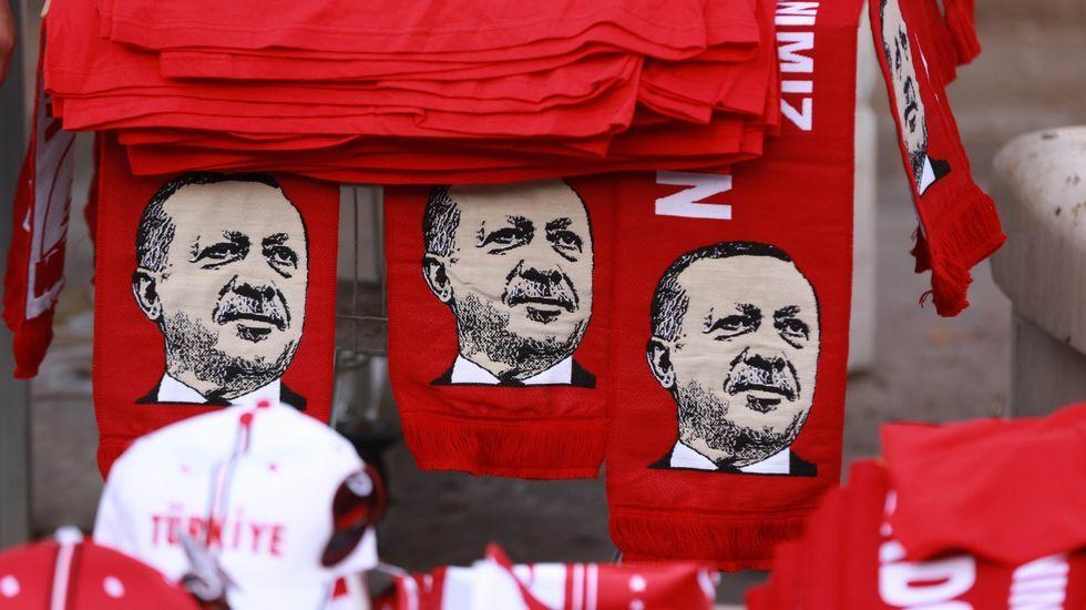 Multitudinaria manifestación de turcos en Alemania en defensa de Erdogan.Bufandas con el rostro de Erdogan en Ankara