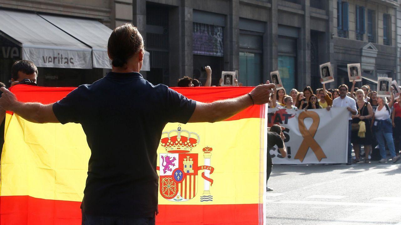 Cargas policiales en el asedio a la Delegación del Gobierno en Barcelona.Dolors Bassa, exconsejera de Trabajo, ha sido condenada a 12 años de prisión y 12 de inhabilitación absoluta por delito de sedición en concurso medial con un delito de malversación de fondos públicos agravado en razón de su cuantía.
