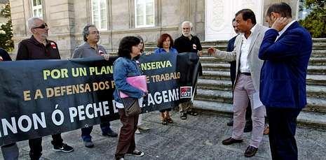 Trabajadoras y representantes de la CGT hablaron con Guerra antes de su entrada a la Diputación.