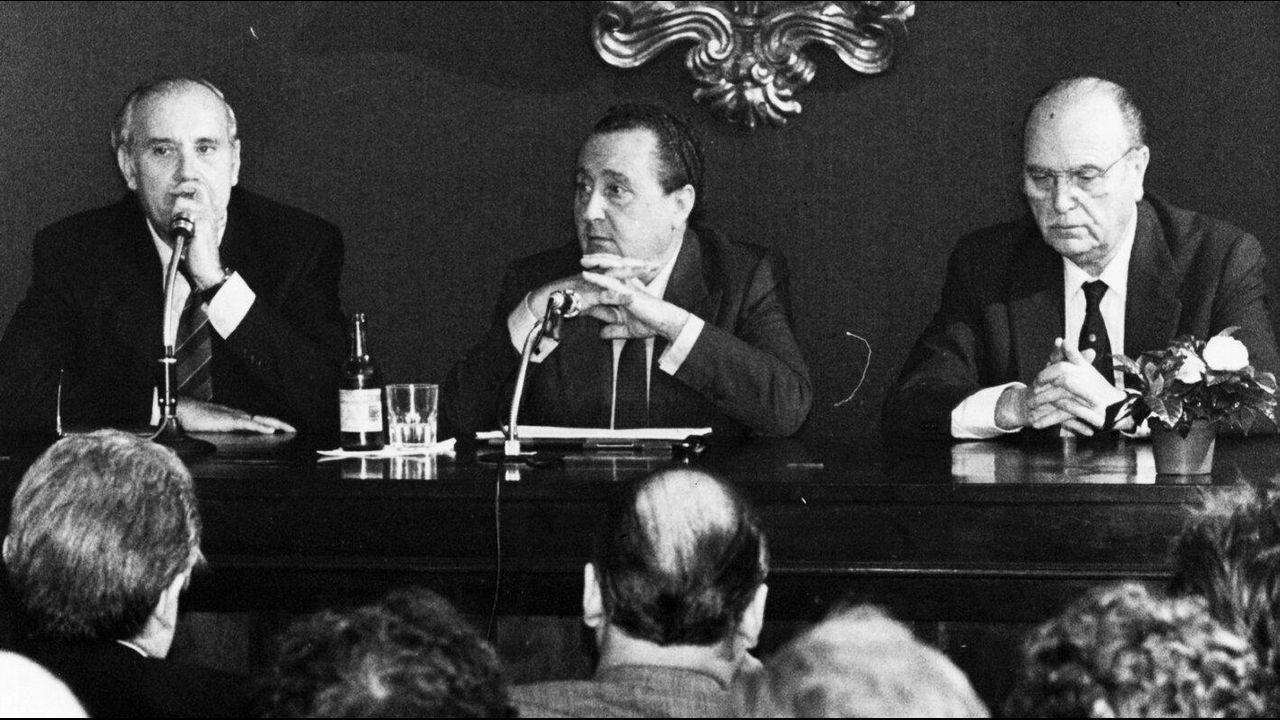 El exministro de Justicia Pio Cabanillas Gallas durante una conferencia de prensa en una visita a Santiago junto a Gerardo Fernández Albor como presidente de la Xunta de Galicia y Jose´Manuel Romay Beccaría como concelleiro