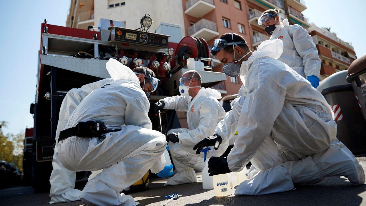 Efectivos de la Unidad Militar de Emergencias (UME) iniciando las tareas de desinfección del centro de menores La Dida, en Badalona (Barcelona)