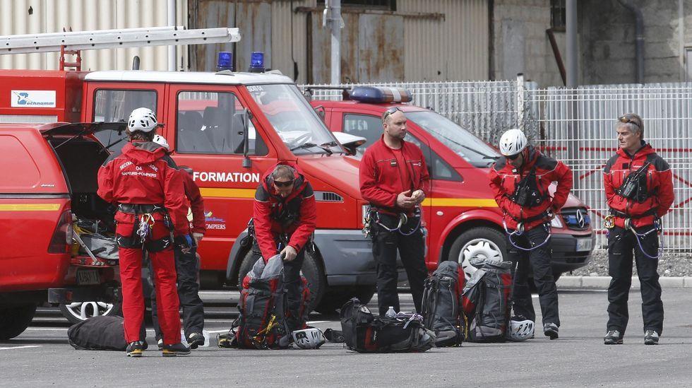 Bomberos franceses se preparan para acercarse a la zona donde se ha estrellado el avión