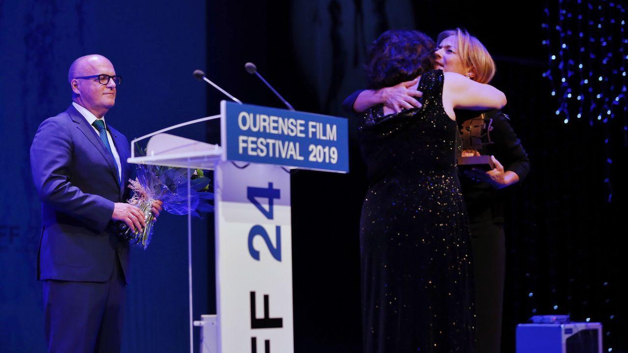 Isabel Blanco hace entrega del premio a toda una trayectoria a María Bouzas