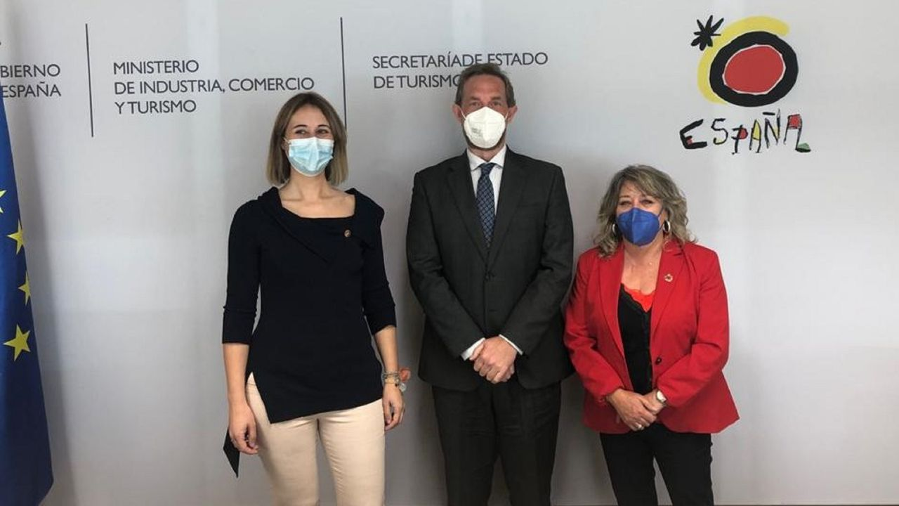 María Belén Pita recibió el premio de manos del presidente de Cantabria, Miguel Ángel Revilla