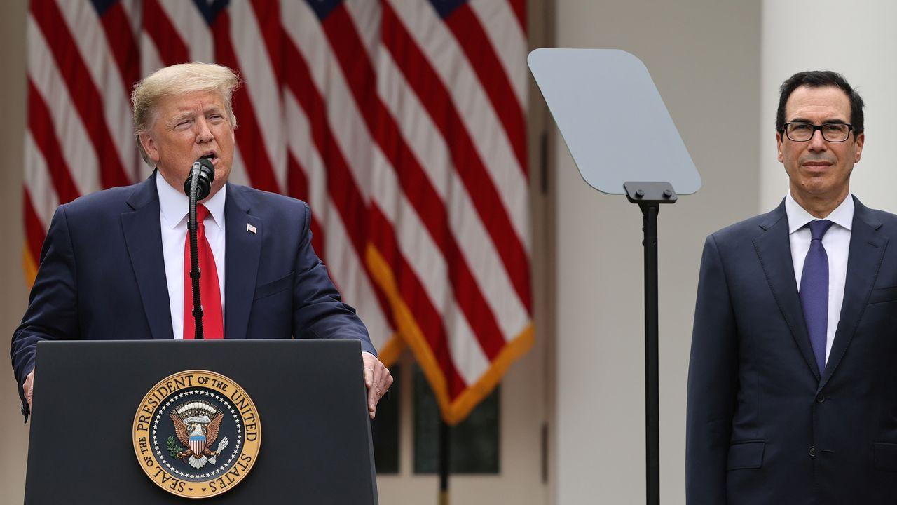 Trump, junto al secretario del Tesoro, en su rueda de prensa en el jardín de la Casa Blanca