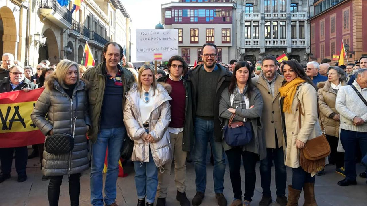 El diputado nacional de Vox por Asturias, José María Figaredo, junto con otros miembros de Vox Asturias, en Oviedo durante la concentración