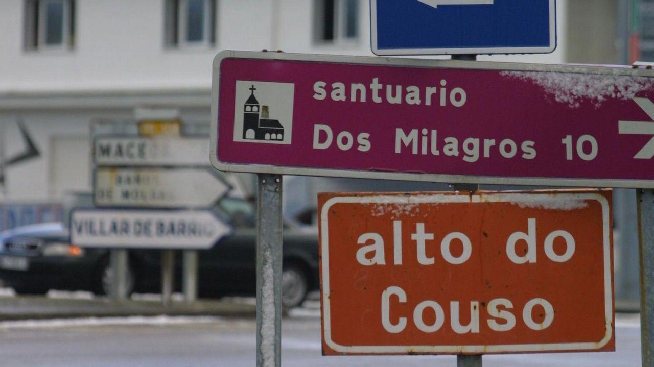 Y el entroido tomó Santiago en pleno verano.Ana María Martínez, ayer en su consulta de Castro Caldelas