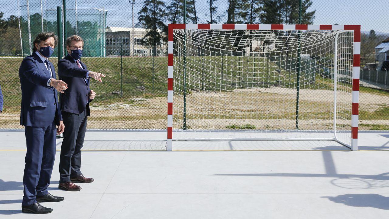 Verano de fútbol en la UD Ourense.El presidente de la Xunta (en la imagen, con el secretario xeral para o Deporte) inauguró este lunes la primera fase de la reforma del centro de Monterrei