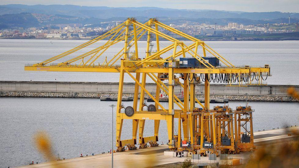 Grúas para portacontenedores en el puerto exterior de Ferrol