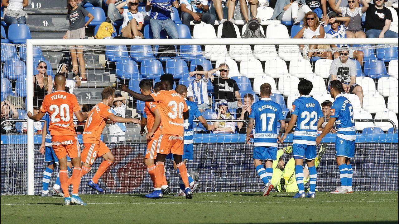 Sangalli Kone Deportivo Real Oviedo Riazor.Sangalli pugna por el balón con Koné