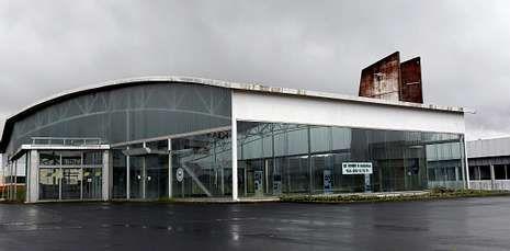 La nave que albergó la Opel de Santiago permanece cerrada a la espera de un dueño.
