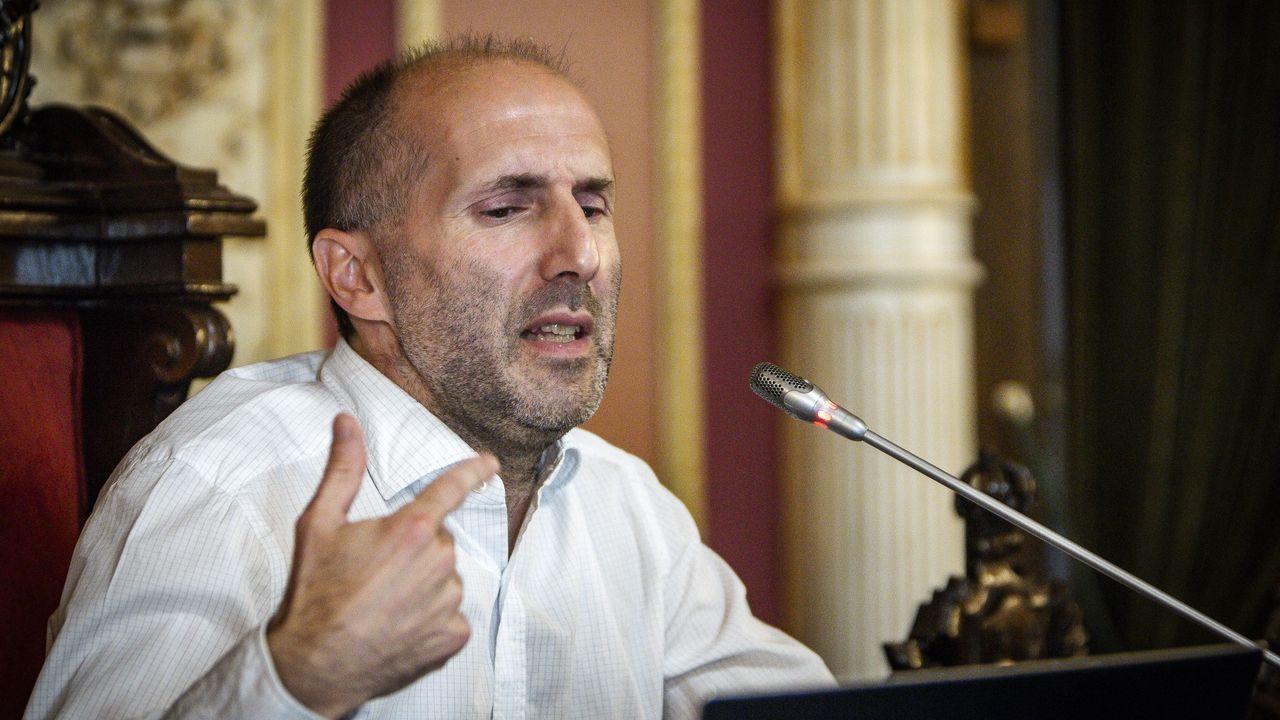 Gonzalo Pérez Jácome saluda con el codo a Francisco Cacharro en la toma de posesion de este como  city manager