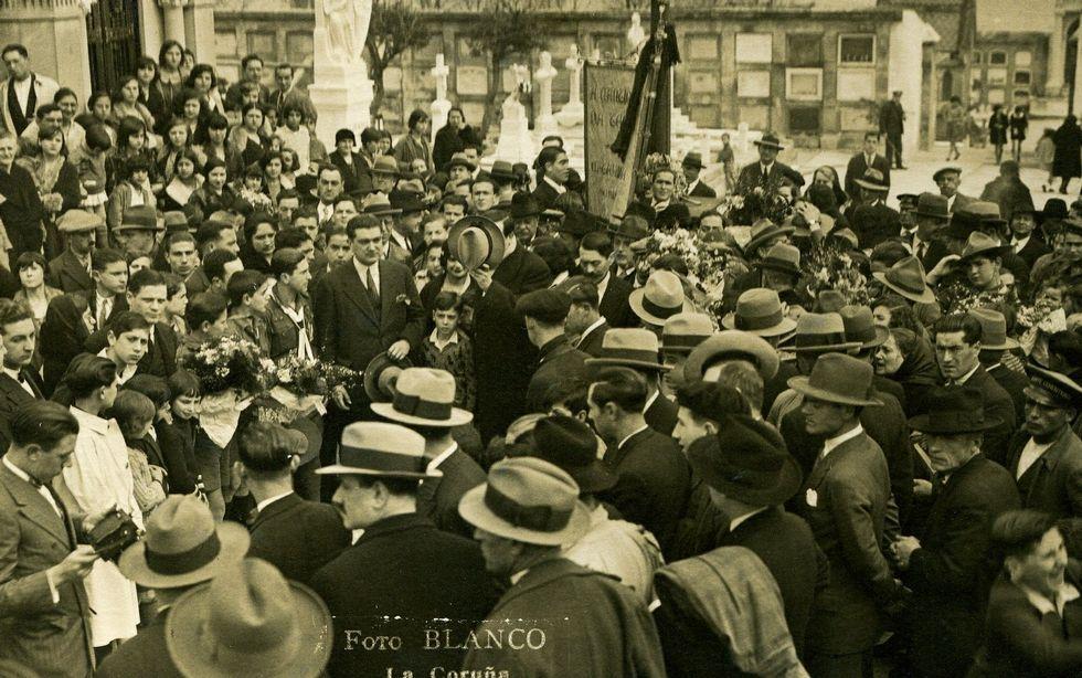 Las manifestaciones del 1 de mayo.Manifestaciones en San Amaro. El 1 de mayo de 1931 cientos de personas salieron de María Pita hacia San Amaro donde ofrecieron flores en el cementerio civil y en la cruz de los olvidados. Fue el mismo año en el que Curros era recordado en San Amaro (en la foto) con otra manifestación