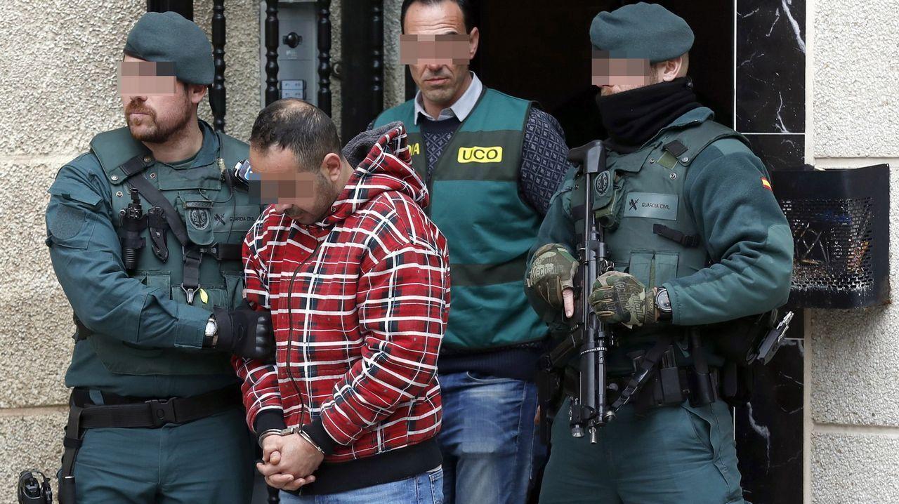 Ana Julia Quezada, en el banquillo.Uno de los detenidos por el asesinato del concejal de IU en Llanes (Asturias) Javier Ardines, es conducido por miembros de las GAR de la Guardia Civil y de la UCO, tras buscar indicios en su domicilio de Bilbao.