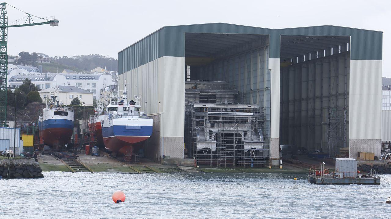 Dos ejemplos de empresas del sector naval juntos en Burela: a la izquierda, Varaderos Vibu, con pesqueros en reparación y mantenimiento; y a la derecha, Armón Burela, con buques en construcción