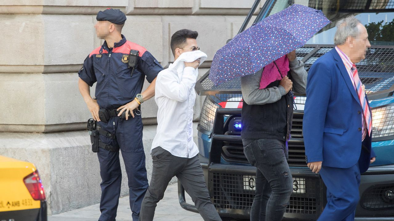 Uno de los jóvenes encausados a su llegada al TSJC, donde el juicio por la violación múltiple de una menor en Manresa, Barcelona.