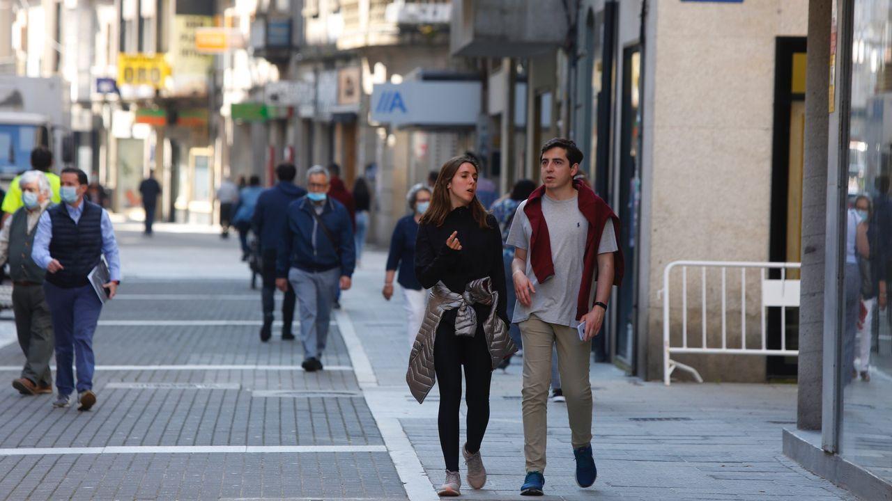 Personas con y sin masacarilla por las calles de Pontevedra