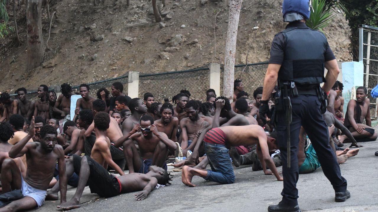 Los inmigrantes custodiados por la Policía, en Ceuta
