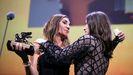 La realizadora Audrey Diwan recibe la felicitación de la actriz Anamaria Vartolomei, protagonista de su filme «L'événement».
