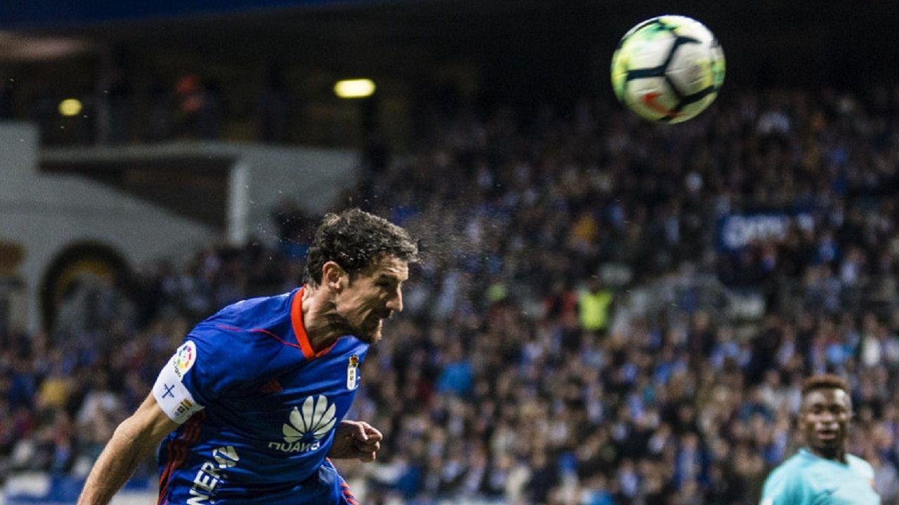Toche Real Oviedo Barcelona B Carlos Tartiere.Toche remata a porteria en una de las mejores ocasiones del Real Oviedo
