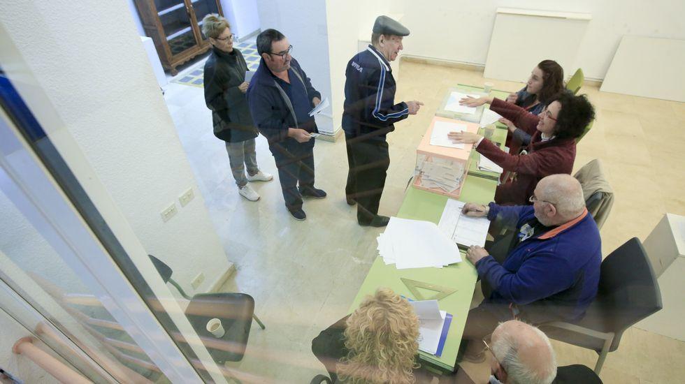 ÁLBUM: Así celebró el Paradela su ascenso.Un momento de la votación de las elecciones municipales el pasado día 26 en una de las mesas de Sarria