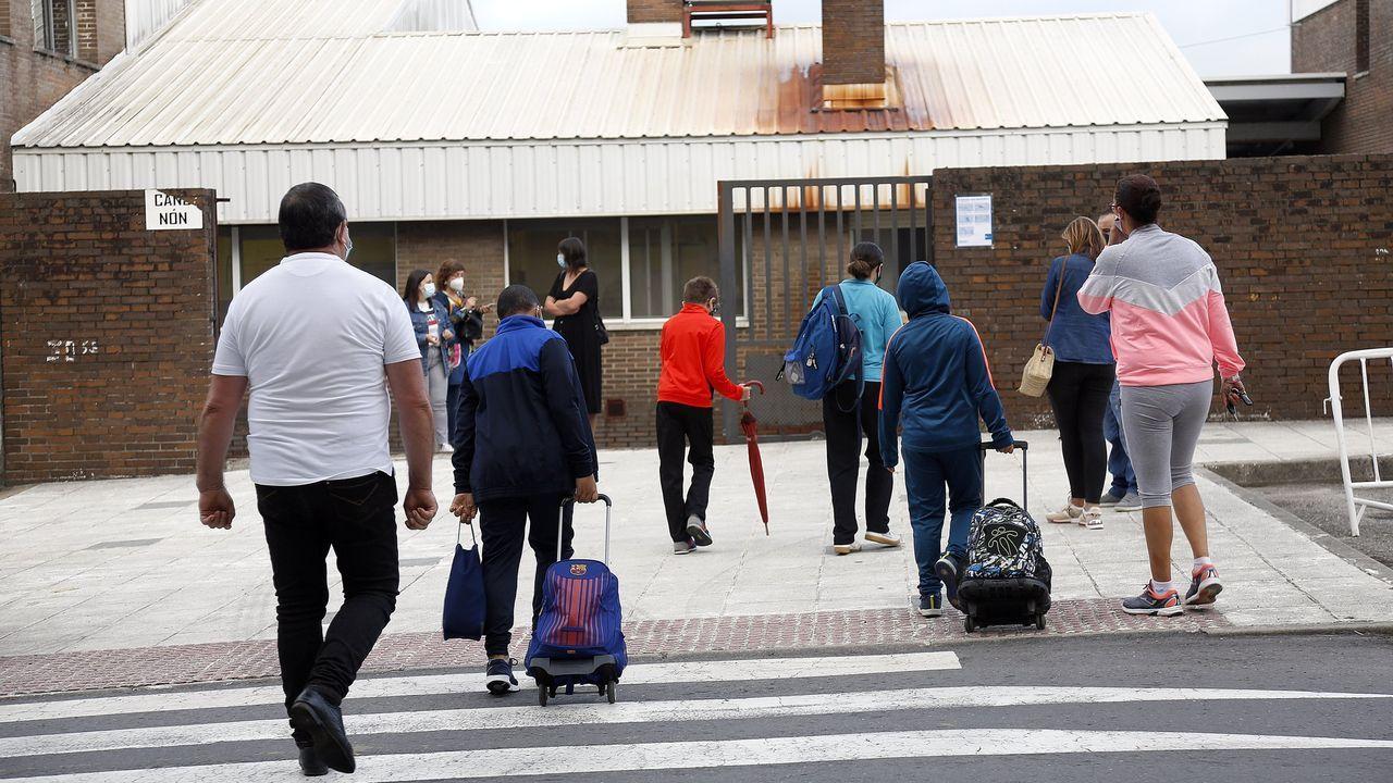 Así fue el primer día de cierre perimetral en Boiro a causa del covid.Luis Oujo y María Maneiro, Porto do Son
