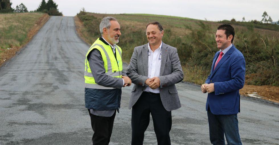 Tourís, Otero y Rial visitando la pista recién asfaltada de acceso al Centro do Galo en el polígono cruceño.