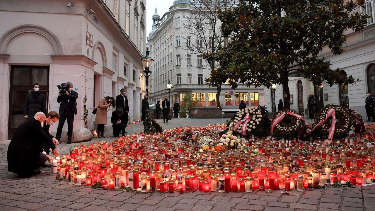 El presidente austríaco, Sebastian Kurz, deposita una vela en la zona donde se produjo el atentado en Viena
