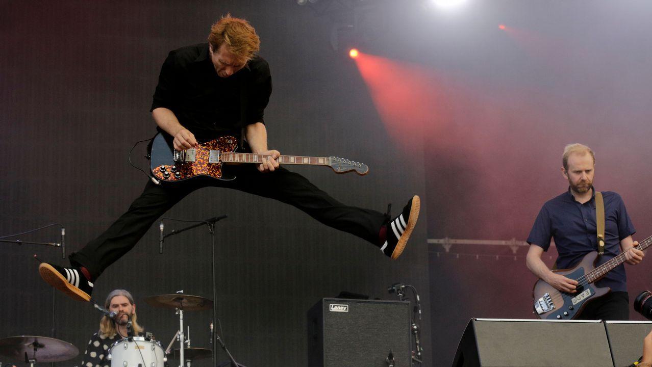 Alex Kapranos salta durante en concierto de Franz Ferdinand en NOS Alive